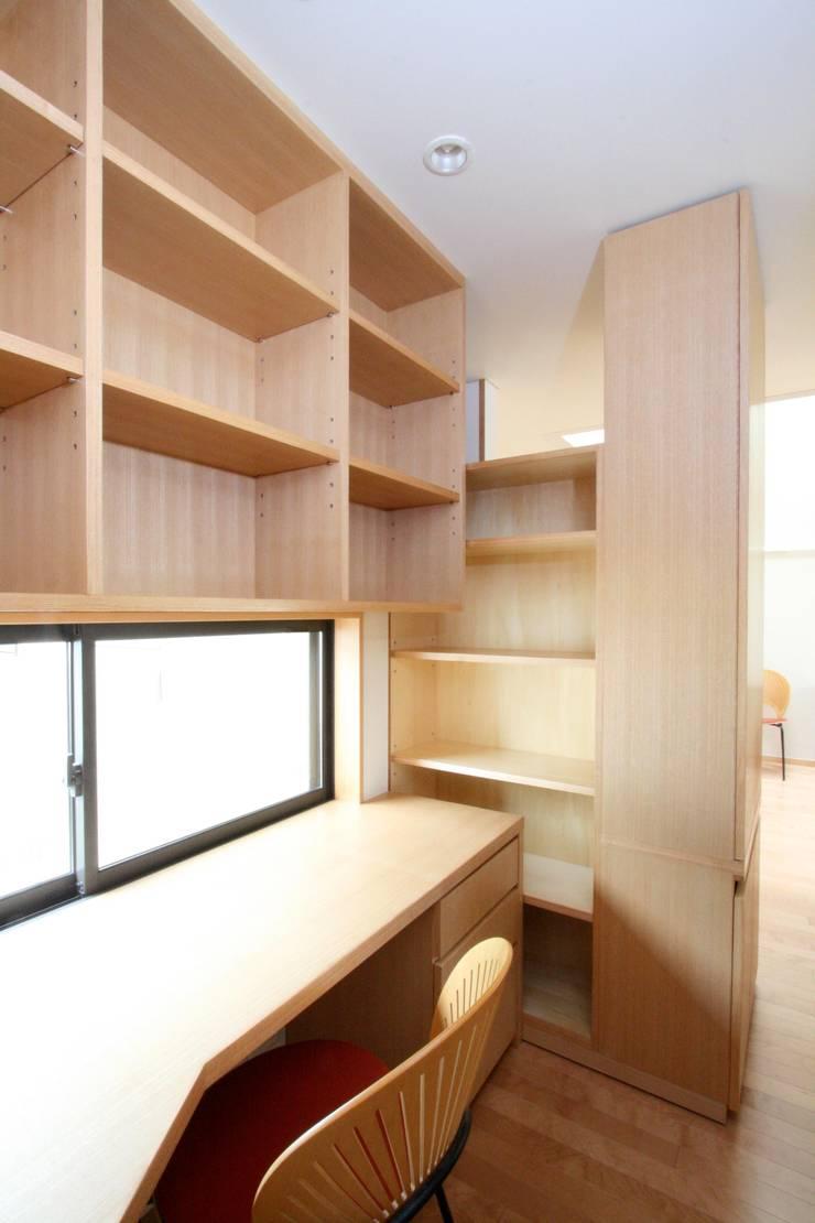 デスクコーナーと収納棚(可動): 中川龍吾建築設計事務所が手掛けた書斎です。,モダン 木 木目調