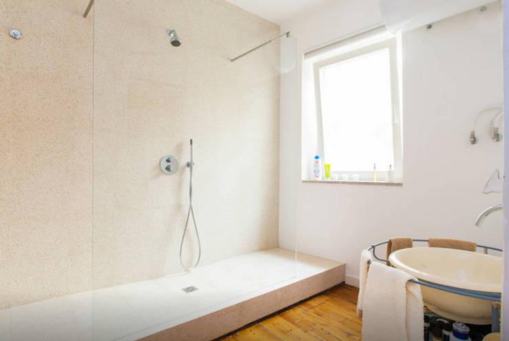 Renovação de Apartamento em Santos: Casas de banho  por FORA - Fagulha Oliveira Ruivo