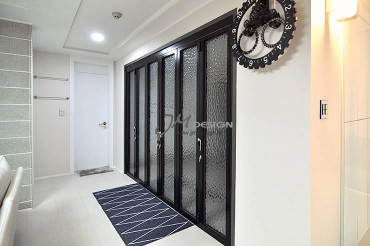 수원 우만동 월드메르디앙아파트 35평인테리어: JMdesign 의  복도 & 현관