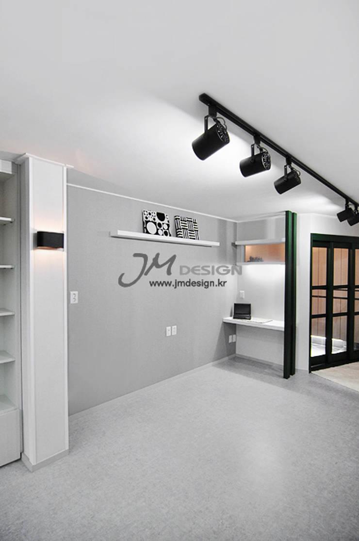 평촌현대홈타운33평 : JMdesign 의  거실