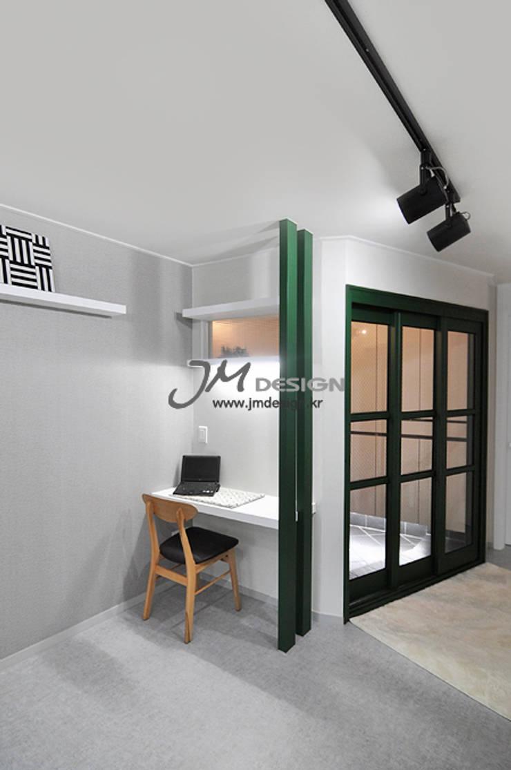 평촌현대홈타운33평 : JMdesign 의  복도 & 현관