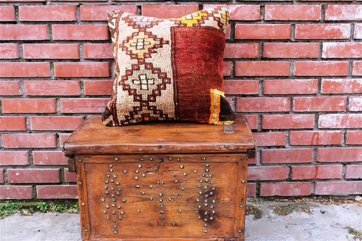 Heritage Nomadic Art Gallery – Vintage Rug Pillow:  tarz , Klasik Yün Turuncu