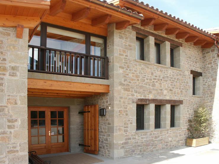 Casas de estilo rural por RIBA MASSANELL S.L.