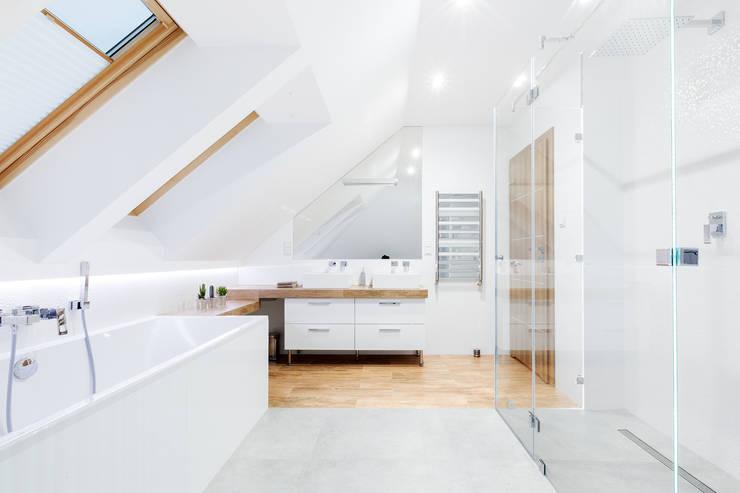 Łączenie stref: styl , w kategorii Łazienka zaprojektowany przez IN