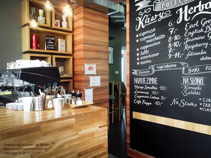 Klubokawiarnia <q>Hugonówka</q> w Konstancinie: styl , w kategorii Gastronomia zaprojektowany przez IN