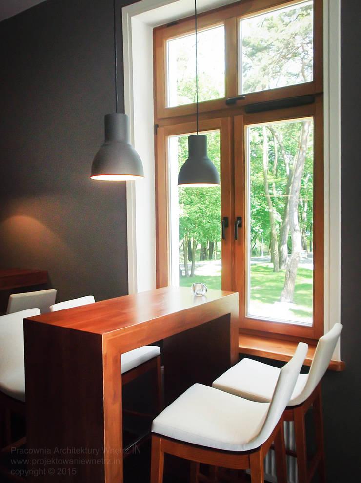 Klubokawiarnia <q>Hugonówka</q> w Konstancinie: styl , w kategorii Bary i kluby zaprojektowany przez IN