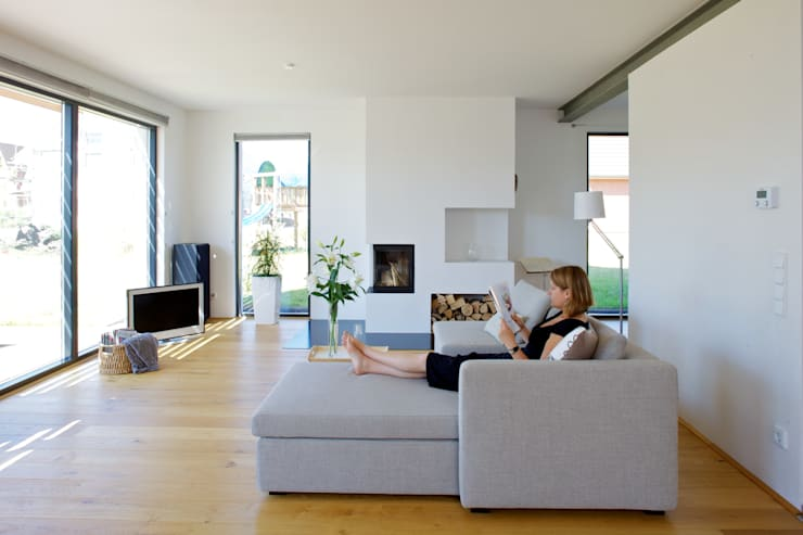 Der Wohnbereich: skandinavische Wohnzimmer von gondesen architekt