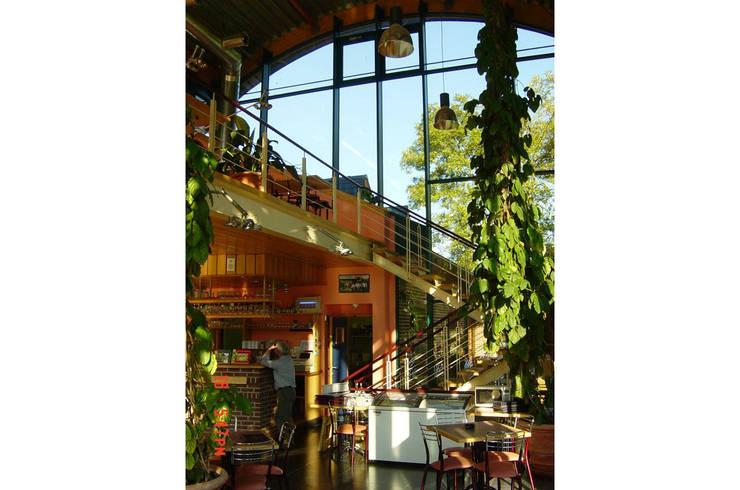 Restaurant à Chevetogne: Jardin d'hiver de style  par DELTA Architects Belgique