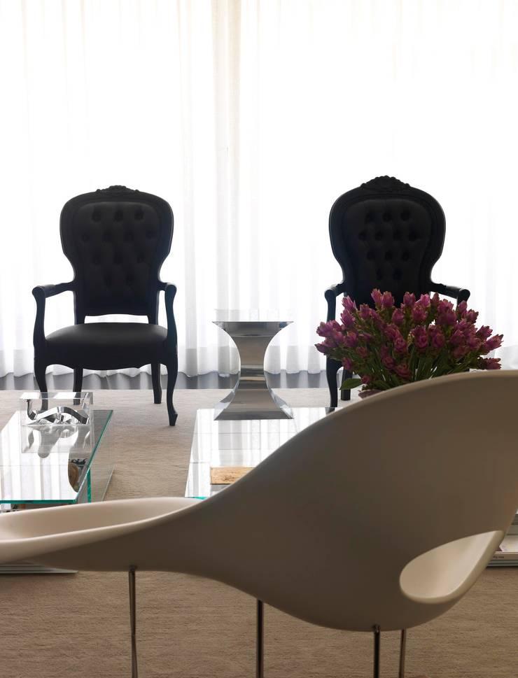 Jardins Apartment - Living / Sala de Estar: Salas de estar  por DIEGO REVOLLO ARQUITETURA S/S LTDA.,