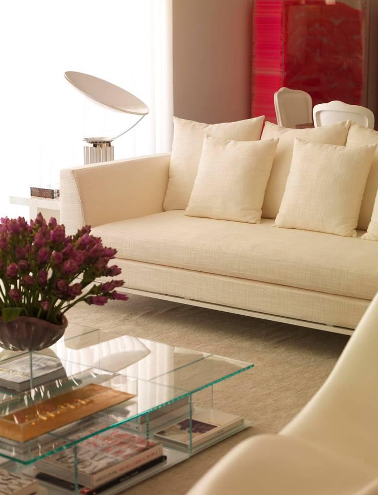 Jardins Apartment - Living/Sala de Estar: Salas de estar  por DIEGO REVOLLO ARQUITETURA S/S LTDA.,
