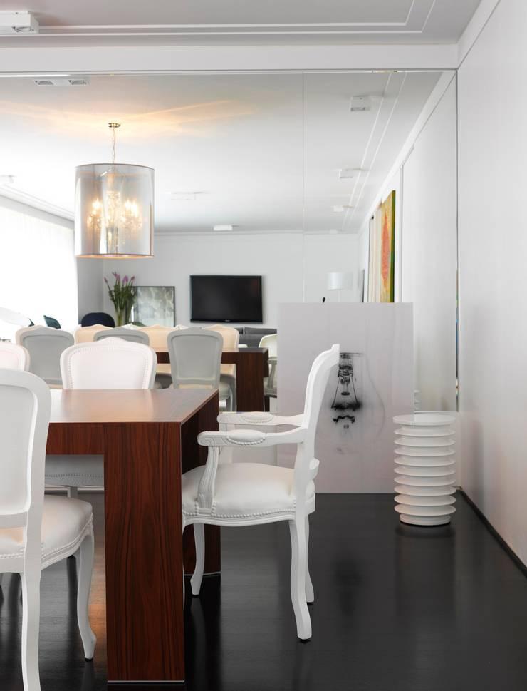 Jardins Apartment - Sala de Jantar: Salas de jantar  por DIEGO REVOLLO ARQUITETURA S/S LTDA.,