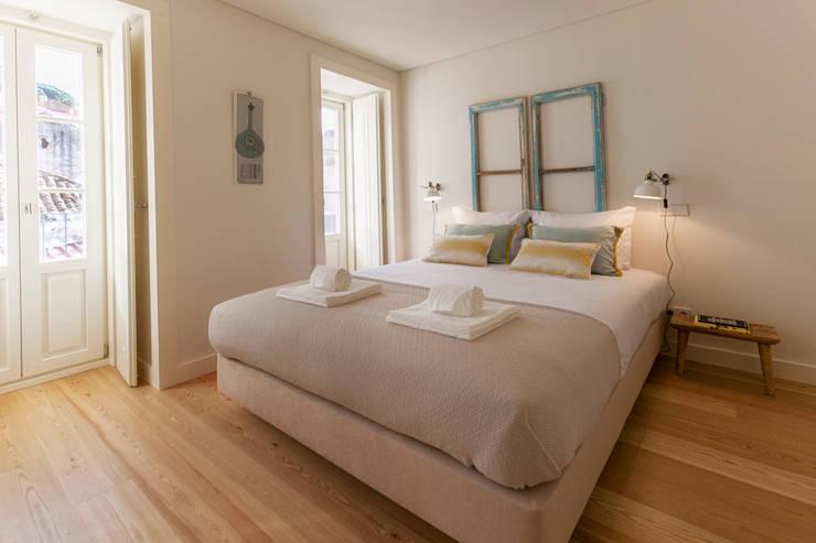 APARTAMENTOS PARA TURISMO / Short term rental apartments: Quarto  por Home Staging Factory