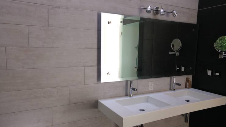 Baño de recamara principal: Baños de estilo  por Hogar y Cerámica S.A. de C.V.