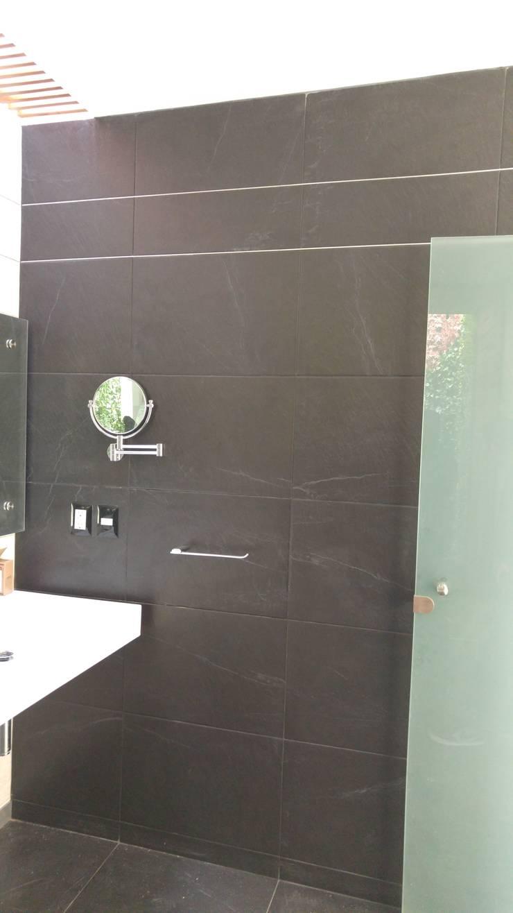 Baño principal vista lateral: Baños de estilo  por Hogar y Cerámica S.A. de C.V.