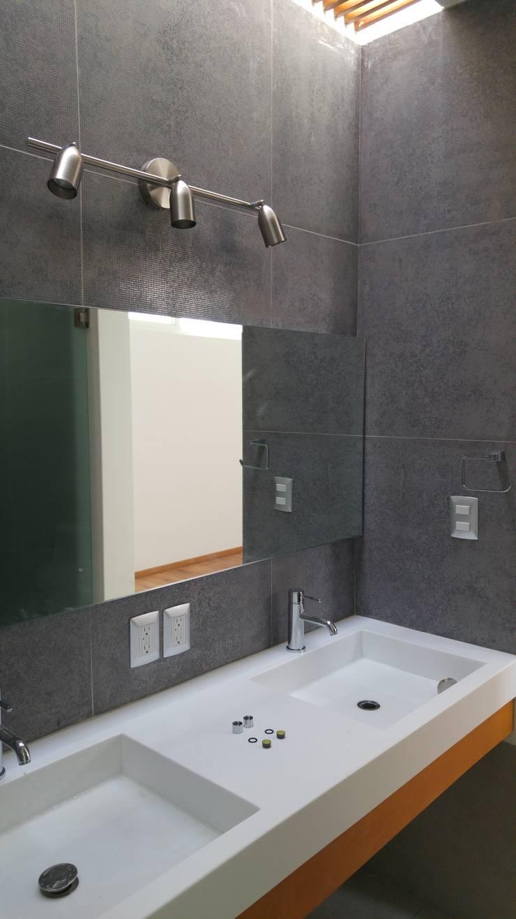 Baño metálico: Baños de estilo  por Hogar y Cerámica S.A. de C.V.
