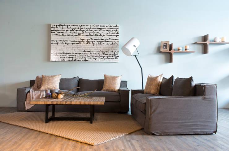 SALA CAPRI: Salas de estilo  por mobica