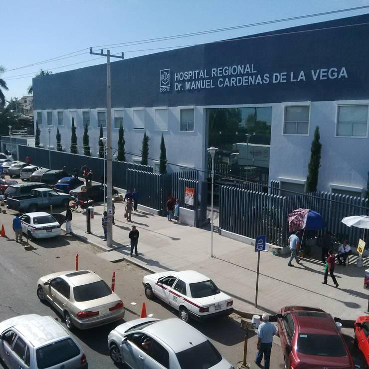 Fachada del  Hospital Regional Dr. Manuel Cardenas de la Vega  PERSIANAS EUROPEAS (Rolling Shuters) : Hospitales de estilo  por HLA181026V73