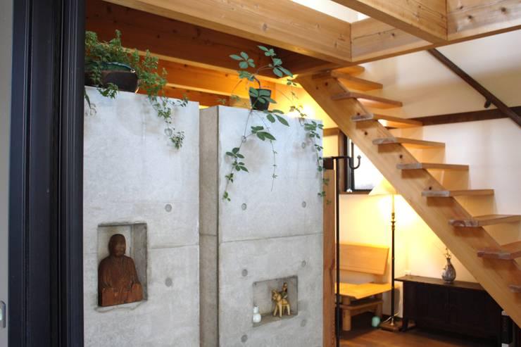 五条坂の家: 竹内村上ATELIERが手掛けた廊下 & 玄関です。,