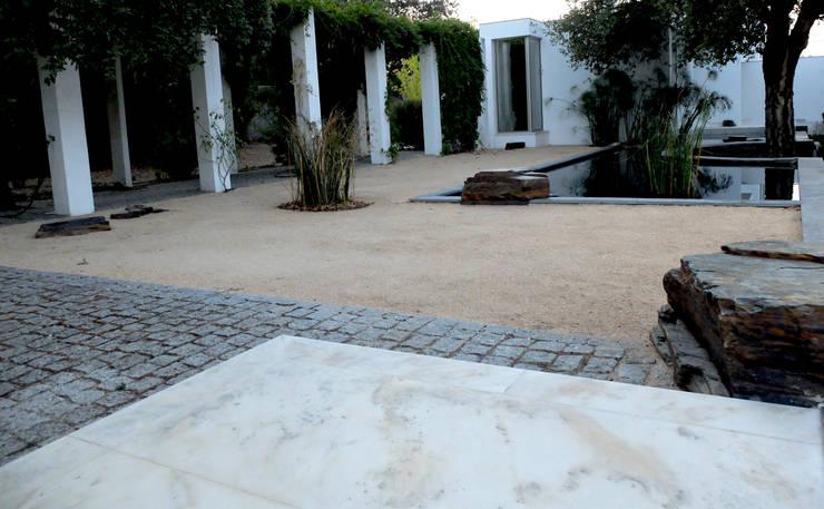 Espelho de água: Jardins  por Atelier Jardins do Sul,