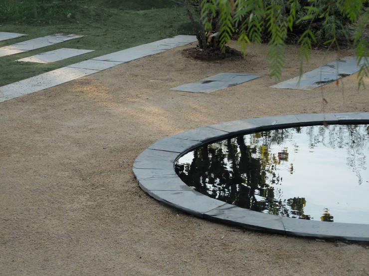Olho de água: Jardins  por Atelier Jardins do Sul