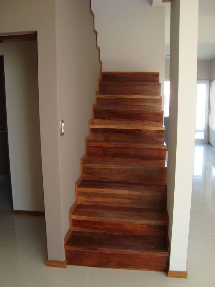 Casa PK: Pasillos y recibidores de estilo  por Brarda Roda Arquitectos