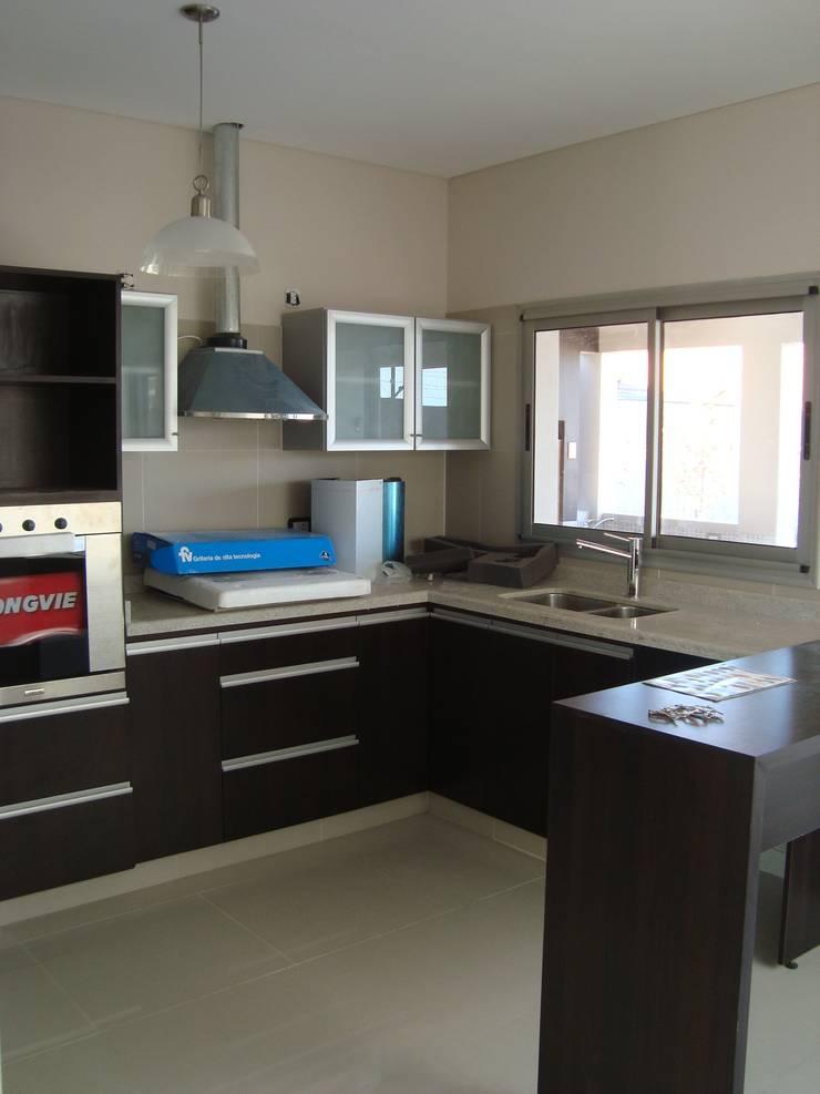 Casa PK: Cocinas de estilo  por Brarda Roda Arquitectos