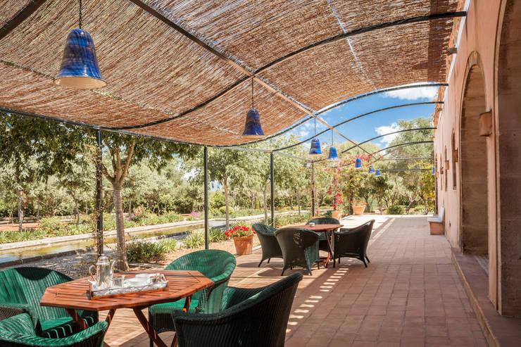 Son Doblons Luxury Villa: Giardino in stile in stile Mediterraneo di Stefano Ferrando