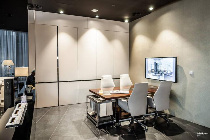 Część biurowa: styl , w kategorii Biurowce zaprojektowany przez Intelidom Group Sp. z o.o.