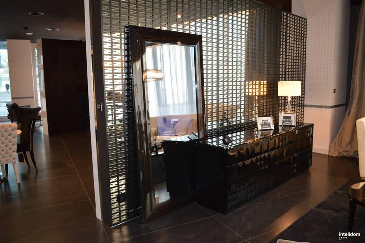 Monitor /telewizor ukryty w lustrze: styl , w kategorii Domowe biuro i gabinet zaprojektowany przez Intelidom Group Sp. z o.o.