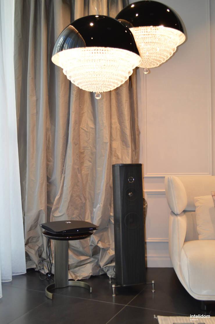 Kolumny podłogowe: styl , w kategorii Pokój multimedialny zaprojektowany przez Intelidom Group Sp. z o.o.