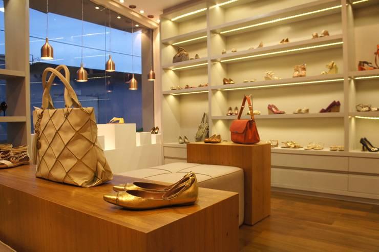 LOJA 100M²: Lojas e imóveis comerciais  por Elisa Vasconcelos Arquitetura  Interiores,