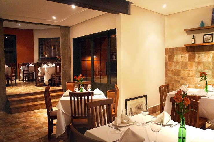 RESTAURANTE 140M²: Espaços gastronômicos  por Elisa Vasconcelos Arquitetura  Interiores,