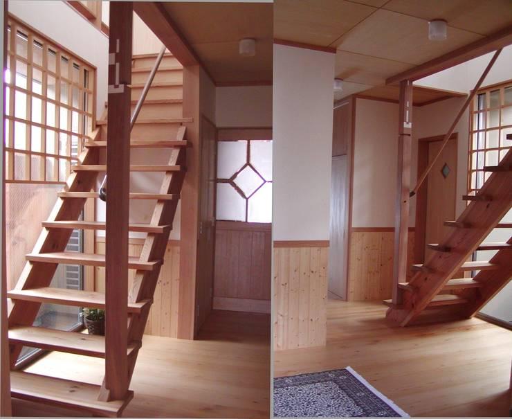 階段 玄関: 竹内村上ATELIERが手掛けた廊下 & 玄関です。