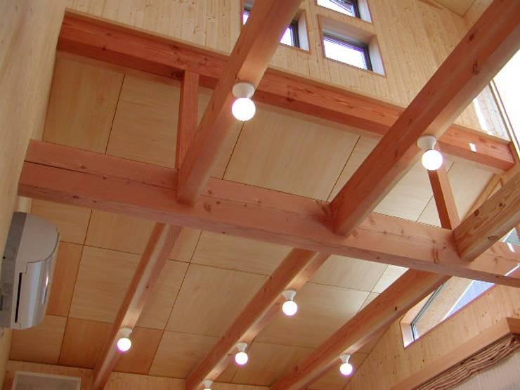 ダイニング天井: 竹内村上ATELIERが手掛けたダイニングです。