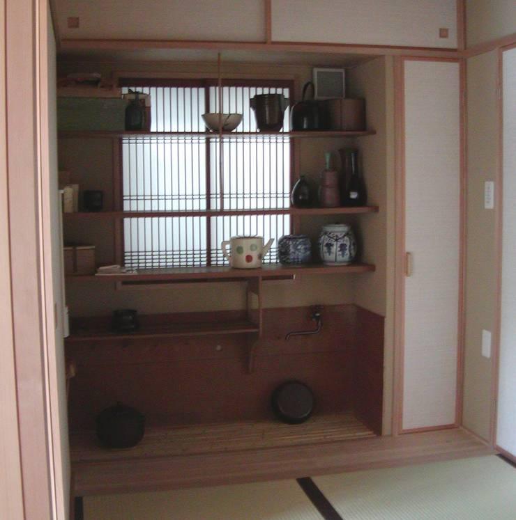 水屋: 竹内村上ATELIERが手掛けた書斎です。