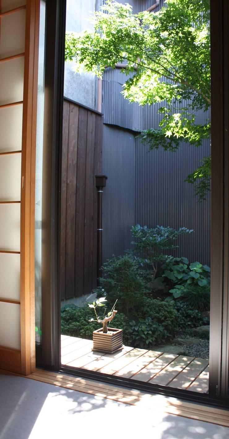 五条坂の家: 竹内村上ATELIERが手掛けた庭です。,