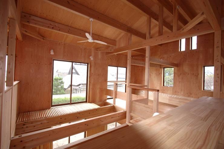 ファームハウス: 竹内村上ATELIERが手掛けた子供部屋です。