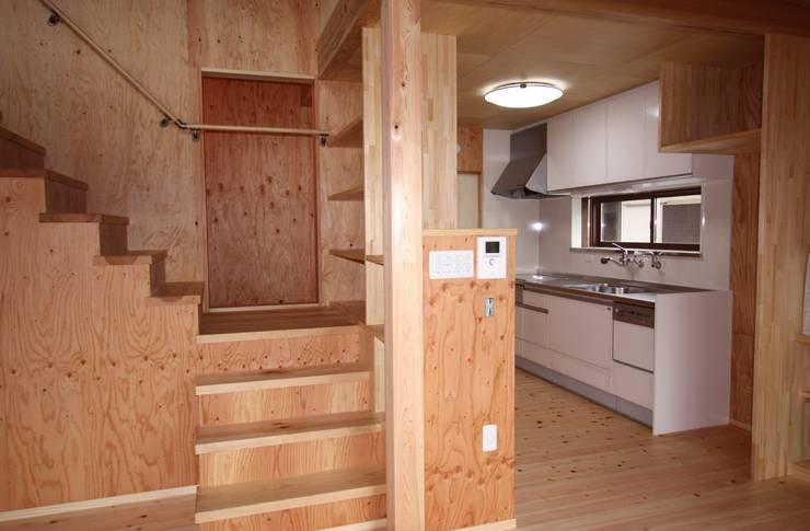 ファームハウス: 竹内村上ATELIERが手掛けた廊下 & 玄関です。