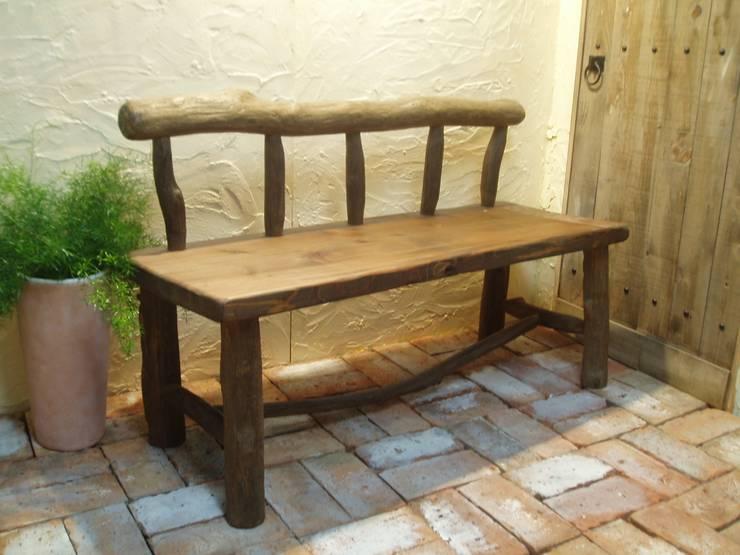 流木ベンチ: 流木専門店 海の木が手掛けたリビングルームです。