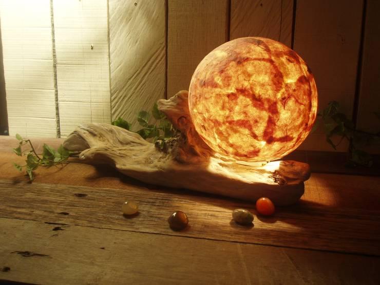 流木ランプ: 流木専門店 海の木が手掛けたリビングルームです。,