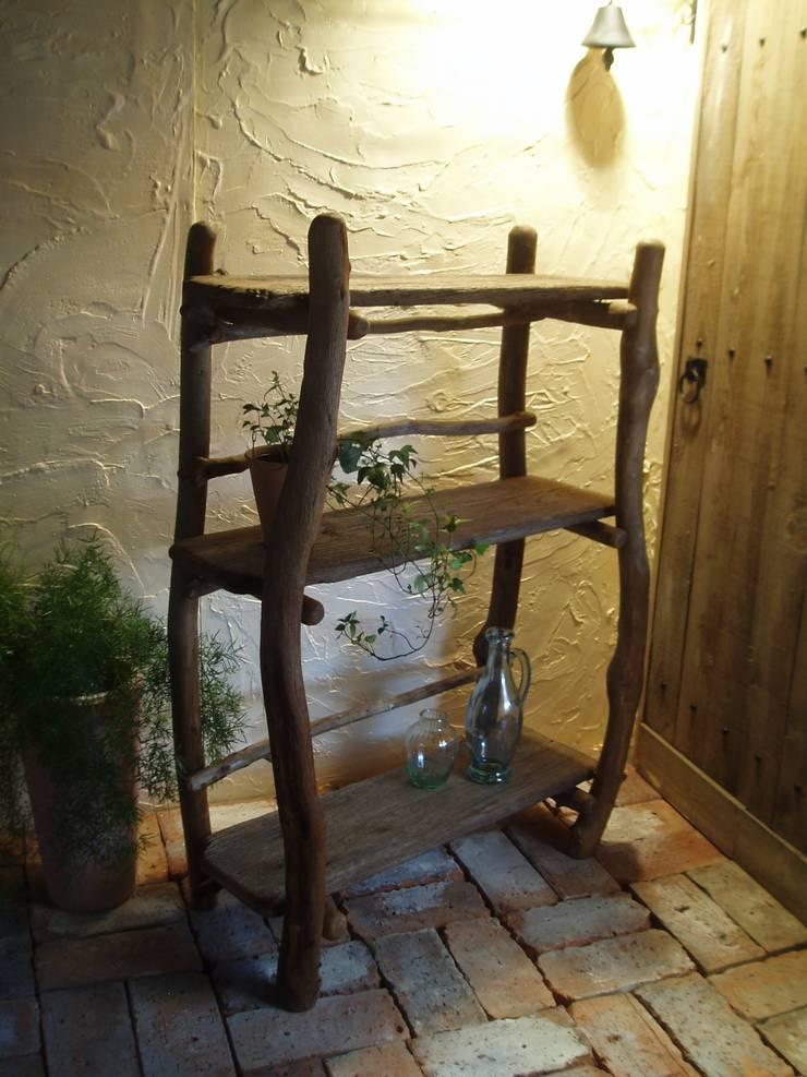 流木棚: 流木専門店 海の木が手掛けたリビングルームです。,