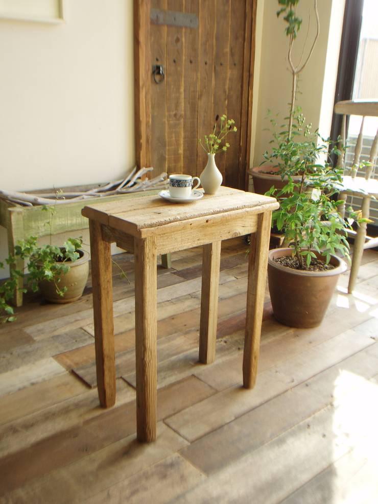 流木サイドテーブル: 流木専門店 海の木が手掛けたリビングルームです。