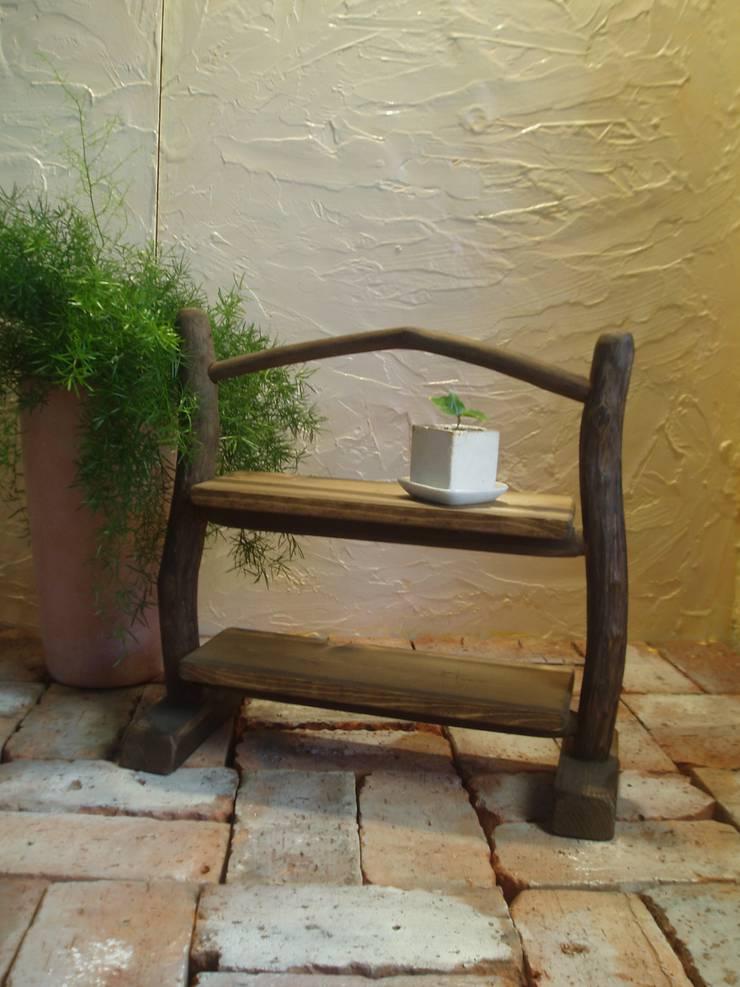 流木棚: 流木専門店 海の木が手掛けたリビングルームです。