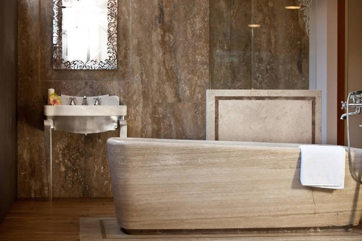classic Bathroom by Travertini & Pietre S.r.l. a socio unico