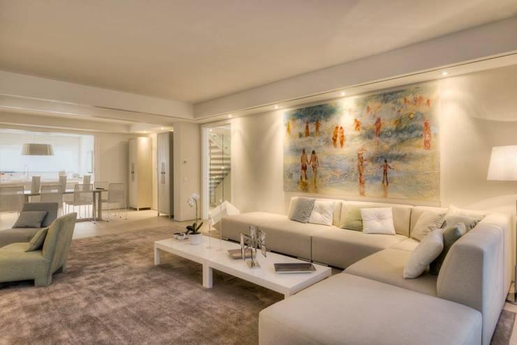 QUINTA DO MILHARÓ: Sala de estar  por ALMANCIL 4 - Decorações, Lda