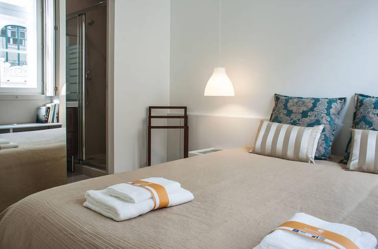 Camera da letto in stile  di Architecture Tote Ser