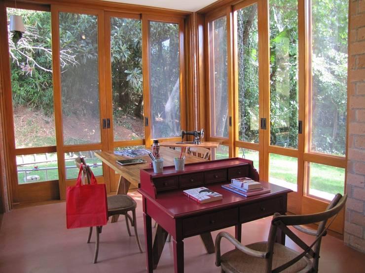 Casa de Campo – Atibaia  – SP : Paredes  por Studio LK Arquitetura e Interiores,