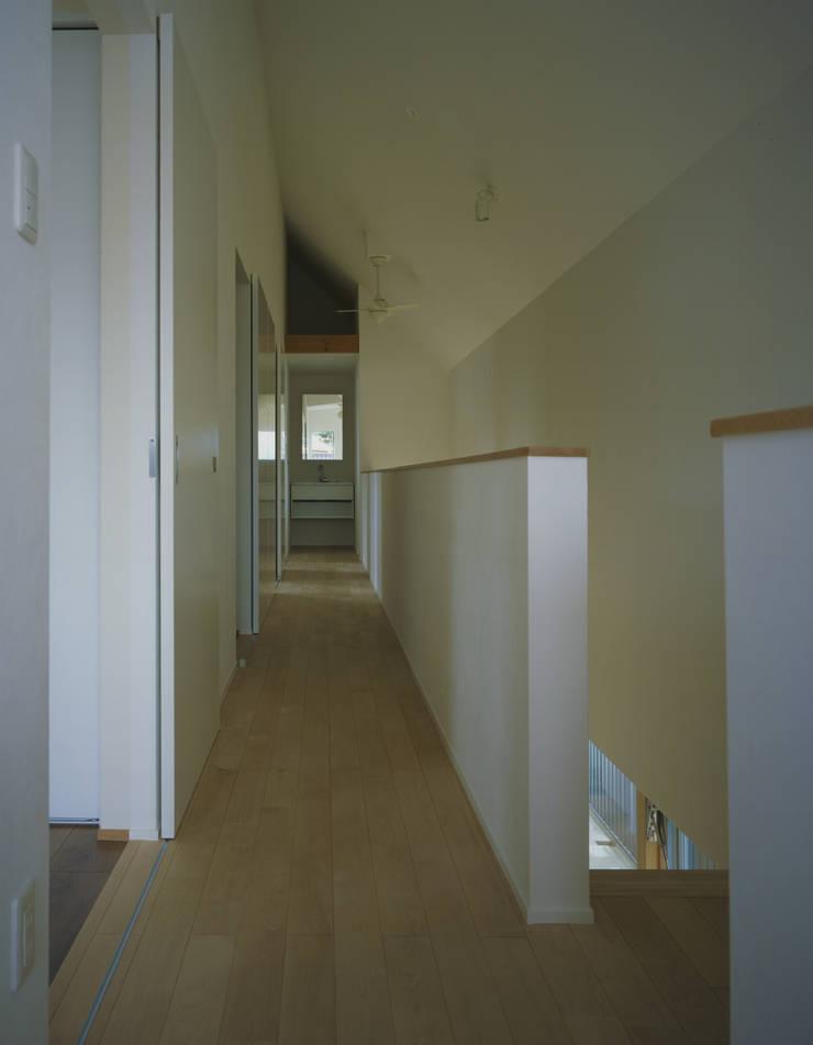 東豊中の家: OSM-Architectsが手掛けた廊下 & 玄関です。