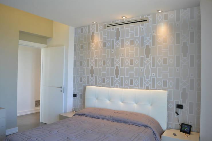 Camera matrimoniale: Camera da letto in stile  di tizianavitielloarchitetto