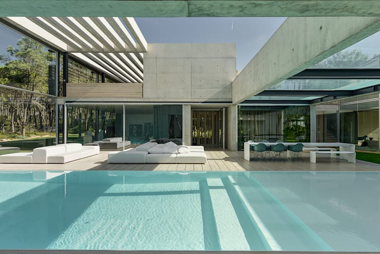 The Wall House: Piscinas  por guedes cruz arquitectos